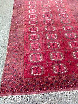 Tapis afghan sur fond rouge